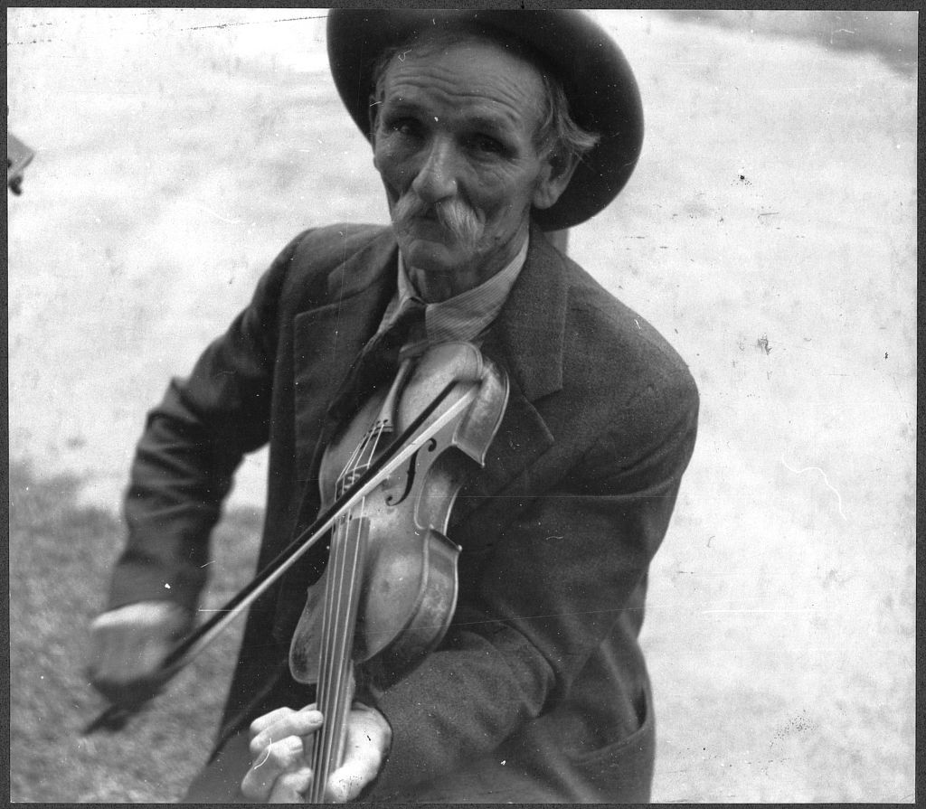 Fiddlin' Bill Hensley, mountain fiddler, Asheville, North Carolina.